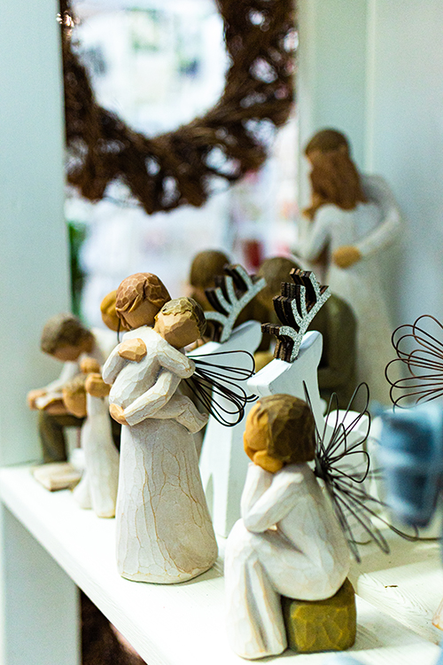 enkelit hyllyssä